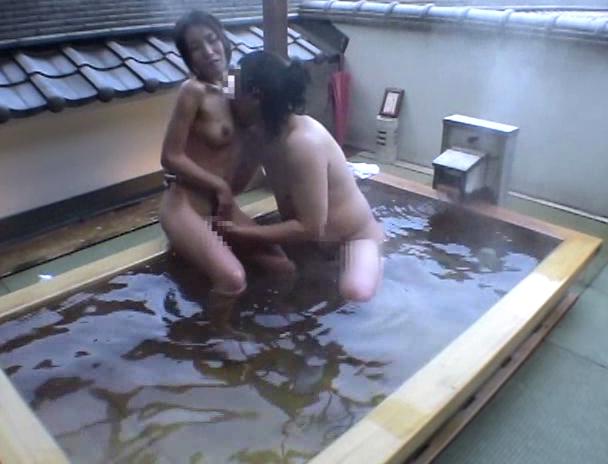 【おっぱい】混浴温泉にやって来て一緒に入っている男性の勃起したチ〇ポにヤラレちゃったお姉さんたちのおっぱい画像がエロすぎる!【30枚】
