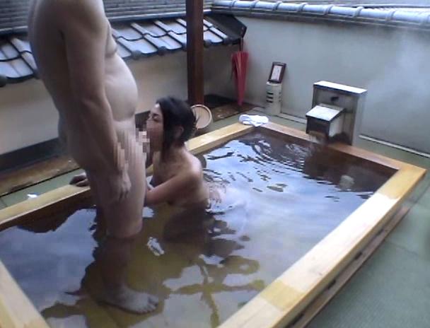 【おっぱい】混浴温泉にやって来て一緒に入っている男性の勃起したチ〇ポにヤラレちゃったお姉さんたちのおっぱい画像がエロすぎる!【30枚】 01