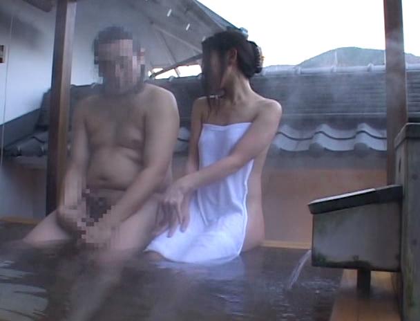 【おっぱい】混浴温泉にやって来て一緒に入っている男性の勃起したチ〇ポにヤラレちゃったお姉さんたちのおっぱい画像がエロすぎる!【30枚】 21