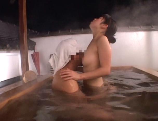 【おっぱい】混浴温泉にやって来て一緒に入っている男性の勃起したチ〇ポにヤラレちゃったお姉さんたちのおっぱい画像がエロすぎる!【30枚】 22