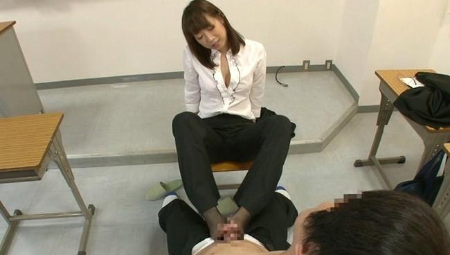 【おっぱい】男子生徒をM奴隷として調教していくパンスト姿で足コキをしながら淫語責めをする女教師のおっぱい画像がエロすぎる!【30枚】 18