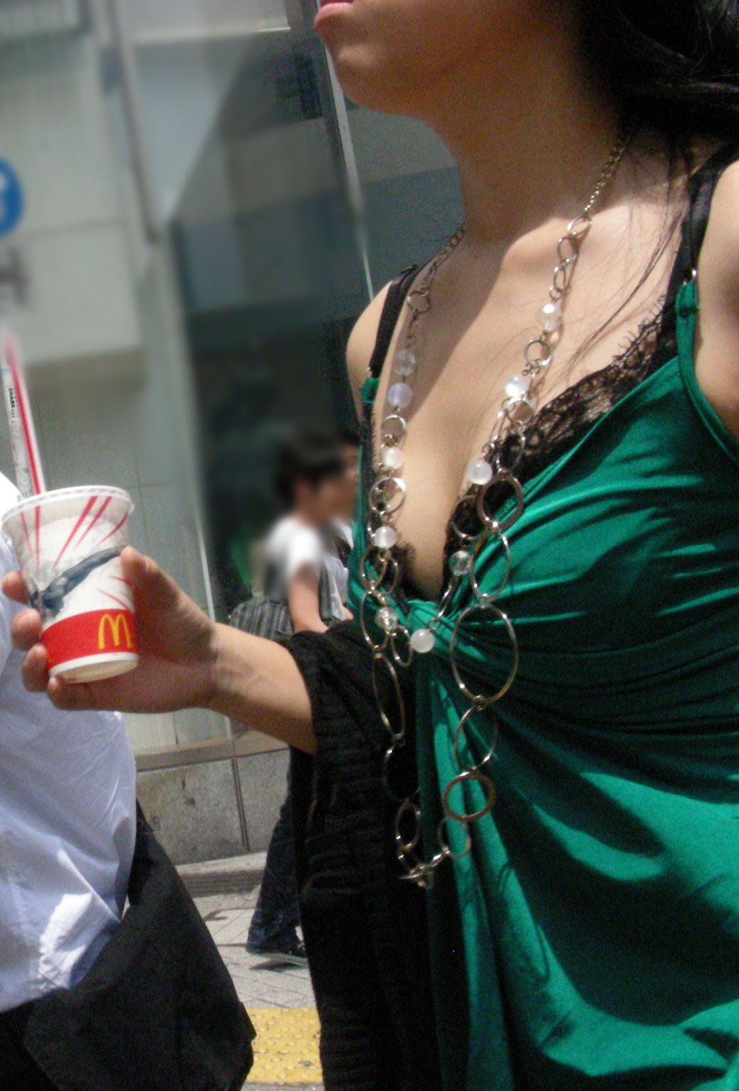 【おっぱい】巨乳の女の子の私服って全部こんなに膨らむものなの?w【30枚】 07