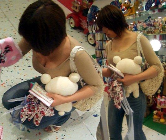 【おっぱい】乳首までチラリズムしている女の子も多く出現する夏www【30枚】 10