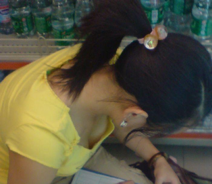 【おっぱい】乳首までチラリズムしている女の子も多く出現する夏www【30枚】 11