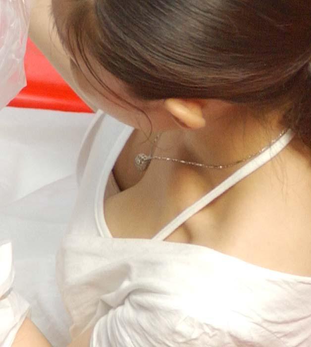 【おっぱい】乳首までチラリズムしている女の子も多く出現する夏www【30枚】 25
