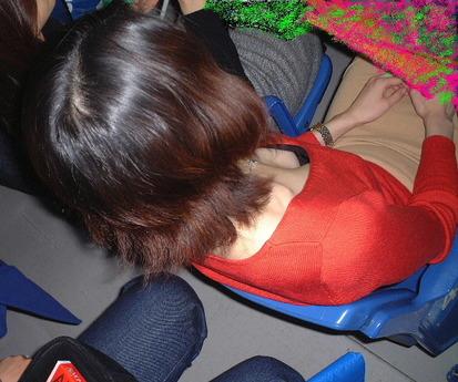 【おっぱい】どうしても油断してしまう瞬間がある素人さんのガバガバの胸元www【30枚】 07