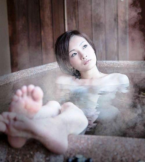 【おっぱい】ノーマルヌードでは盛り上がらない人のための温泉や風呂の濡れた女体まとめ!【30枚】 12