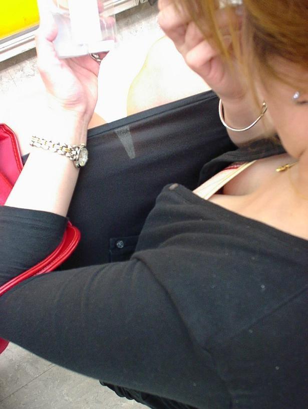 【おっぱい】薄着になればなるほど胸チラのチャンスが増えてくる!【30枚】 07