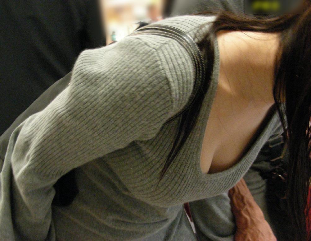 【おっぱい】薄着になればなるほど胸チラのチャンスが増えてくる!【30枚】 23