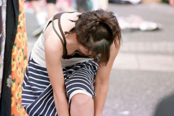 【おっぱい】街中でしゃがんで前かがみになっている女性は胸チラして当然www【30枚】 06