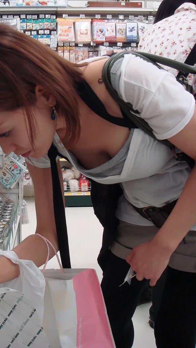 【おっぱい】街中でしゃがんで前かがみになっている女性は胸チラして当然www【30枚】 07