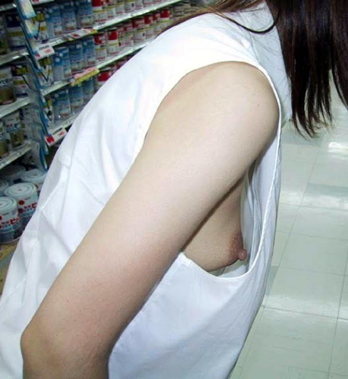 【おっぱい】街中でしゃがんで前かがみになっている女性は胸チラして当然www【30枚】 17