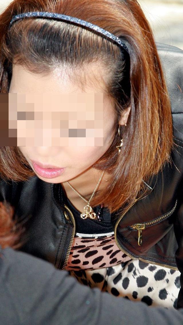 【おっぱい】街中でしゃがんで前かがみになっている女性は胸チラして当然www【30枚】 24