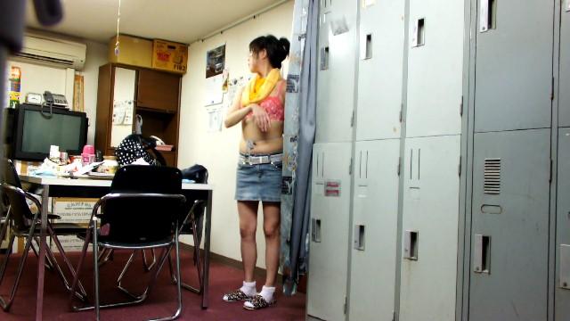 【おっぱい】脱衣所の覗き画像が多いのは、風呂よりも油断しているから?【90枚】 25