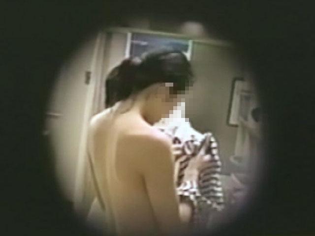 【おっぱい】脱衣所の覗き画像が多いのは、風呂よりも油断しているから?【90枚】 62