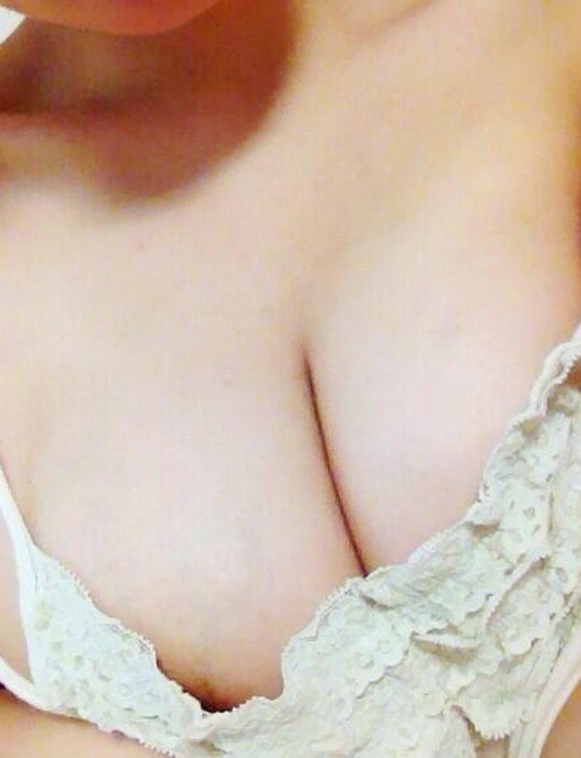 【おっぱい】すぐにでも脱いで隠している美乳を晒して欲しいのに焦らす素人娘www【98枚】 01