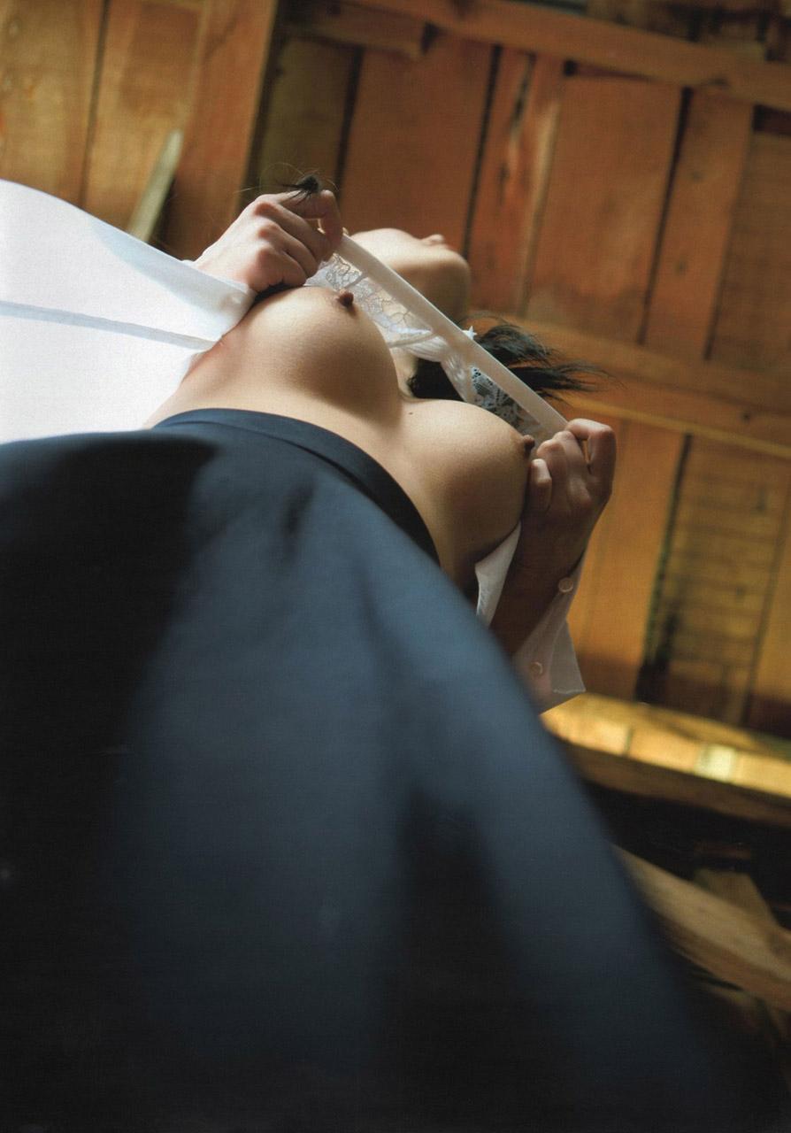 【おっぱい】ローアングルからおっぱいを撮影したら下乳の迫力がすごいwww【25枚】 06