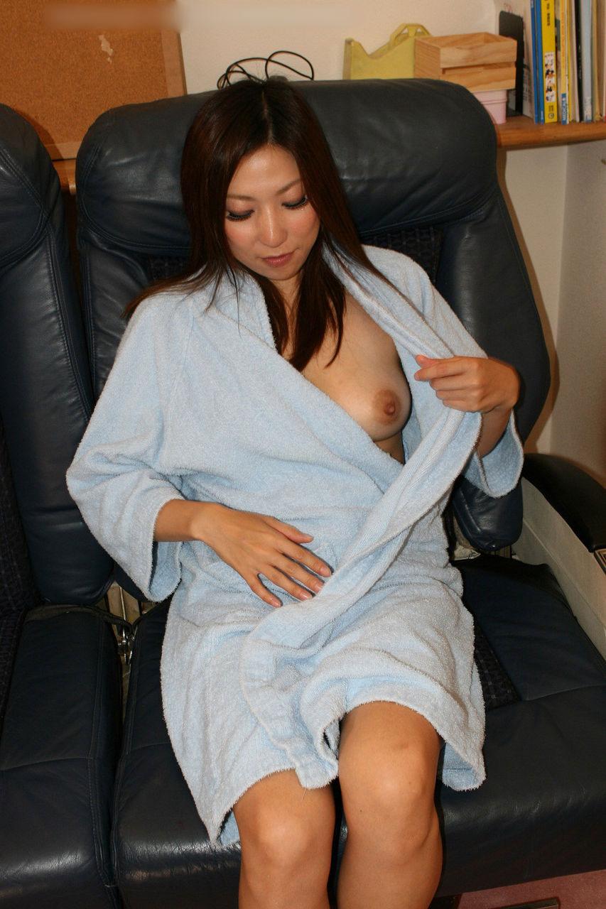 【おっぱい】バスローブを開いて見せてくれる美乳のエロさったらないwww【25枚】 01