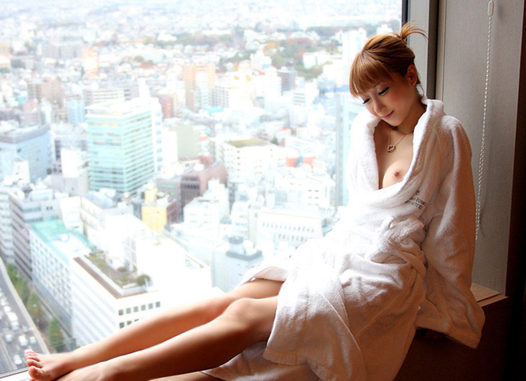 【おっぱい】バスローブを開いて見せてくれる美乳のエロさったらないwww【25枚】 07