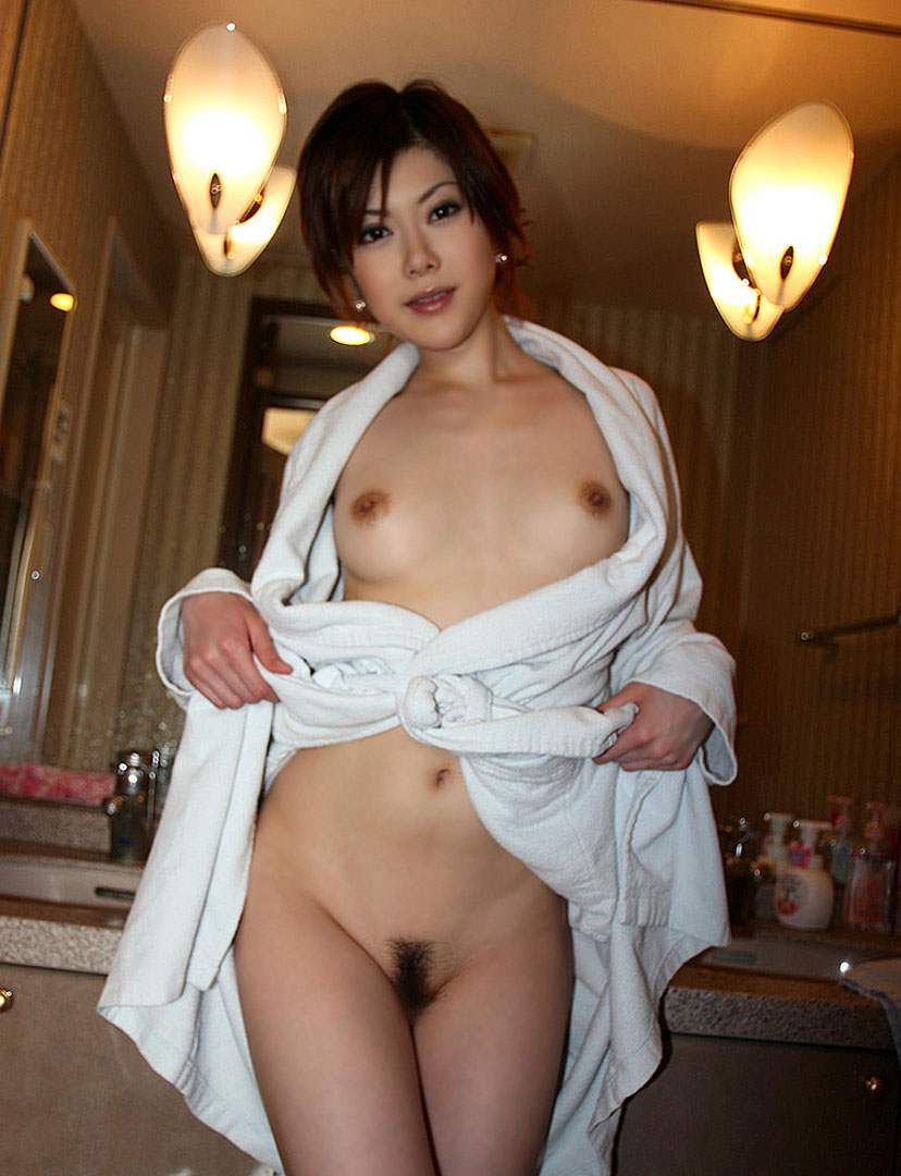 【おっぱい】バスローブを開いて見せてくれる美乳のエロさったらないwww【25枚】 09