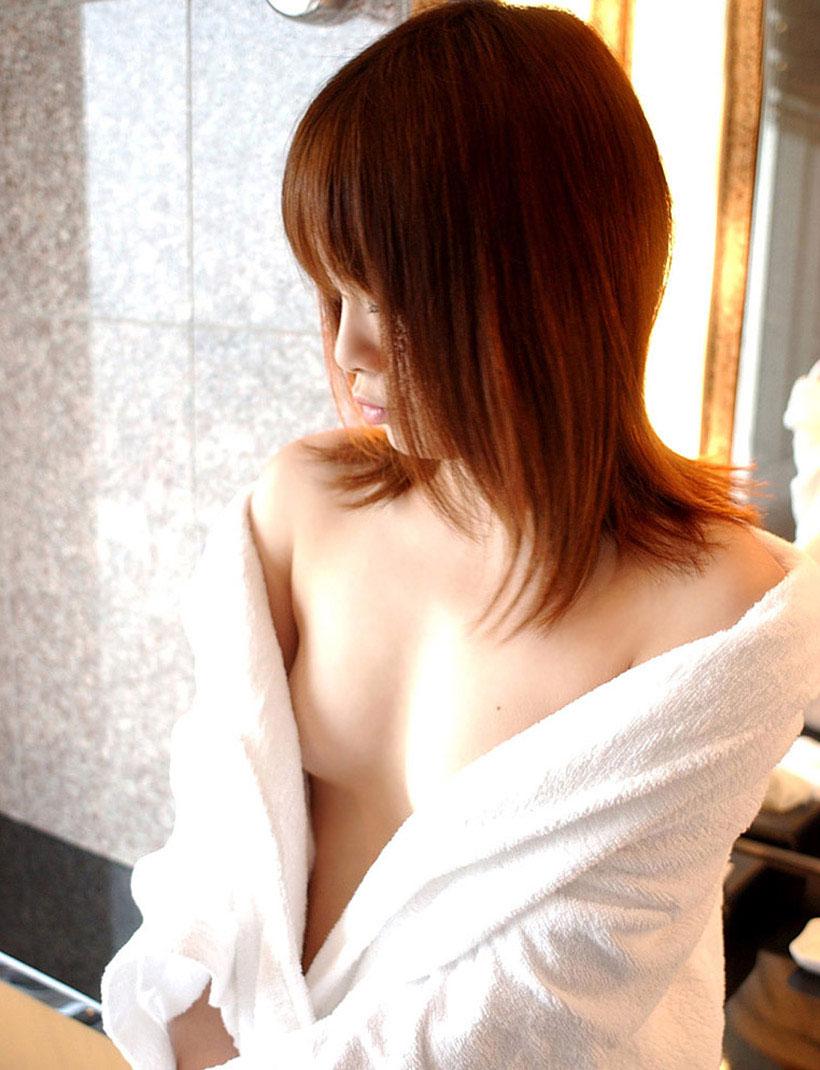 【おっぱい】バスローブを開いて見せてくれる美乳のエロさったらないwww【25枚】 11