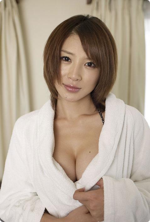 【おっぱい】バスローブを開いて見せてくれる美乳のエロさったらないwww【25枚】 16