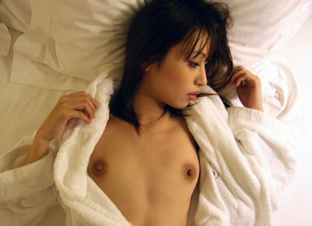 【おっぱい】バスローブを開いて見せてくれる美乳のエロさったらないwww【25枚】 18