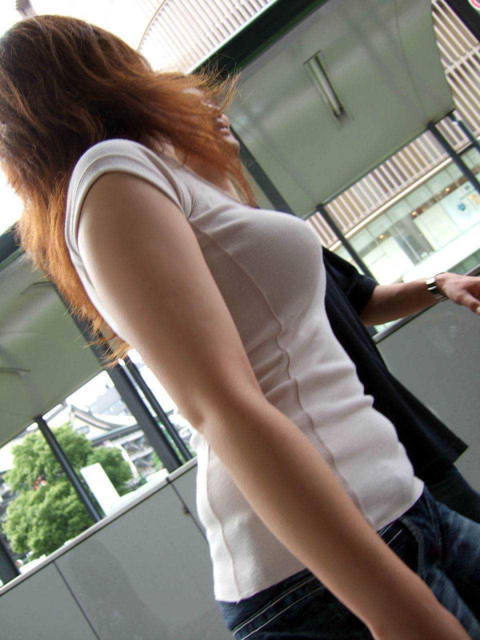 【おっぱい】服の上からでもわかってしまう巨乳な素人さんの街撮り画像【39枚】 04