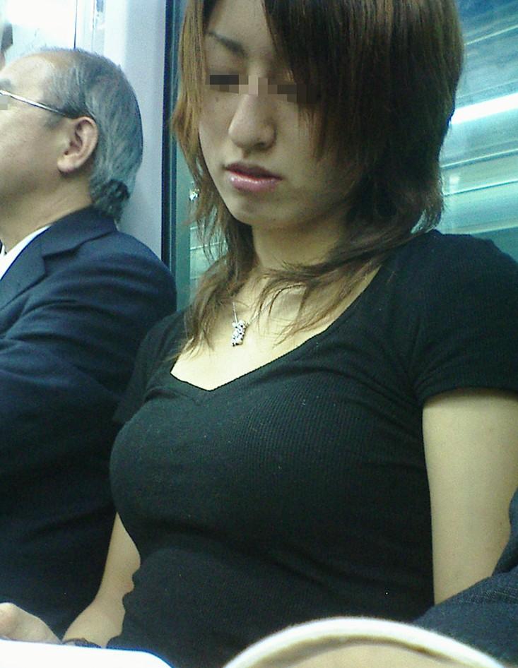 【おっぱい】服の上からでもわかってしまう巨乳な素人さんの街撮り画像【39枚】 18