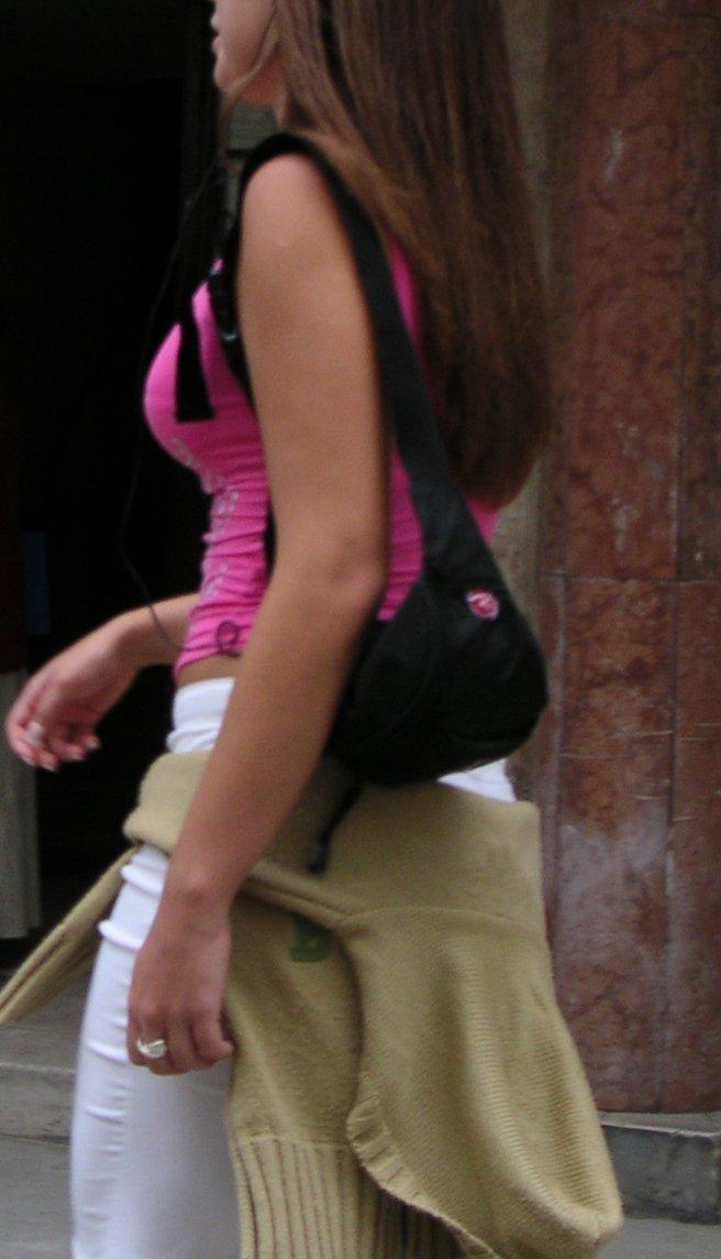 【おっぱい】服の上からでもわかってしまう巨乳な素人さんの街撮り画像【39枚】 20
