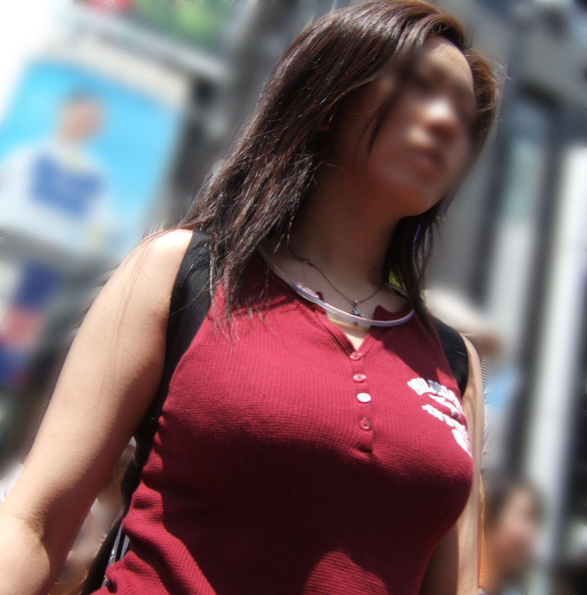 【おっぱい】服の上からでもわかってしまう巨乳な素人さんの街撮り画像【39枚】 24