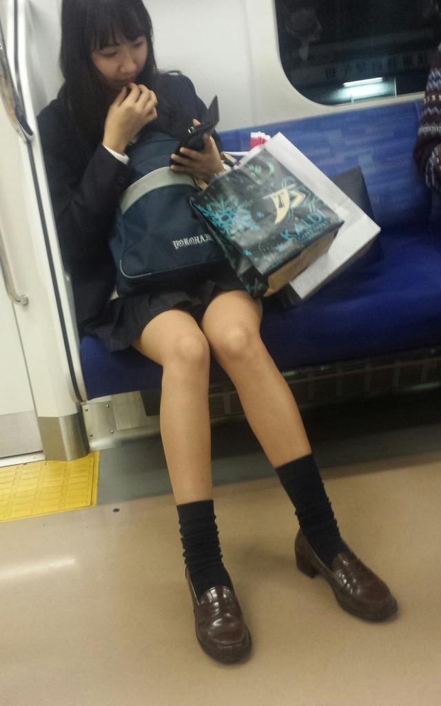 【おっぱい】素人さんの胸チラスポットとして有名な空いている電車www【20枚】 03