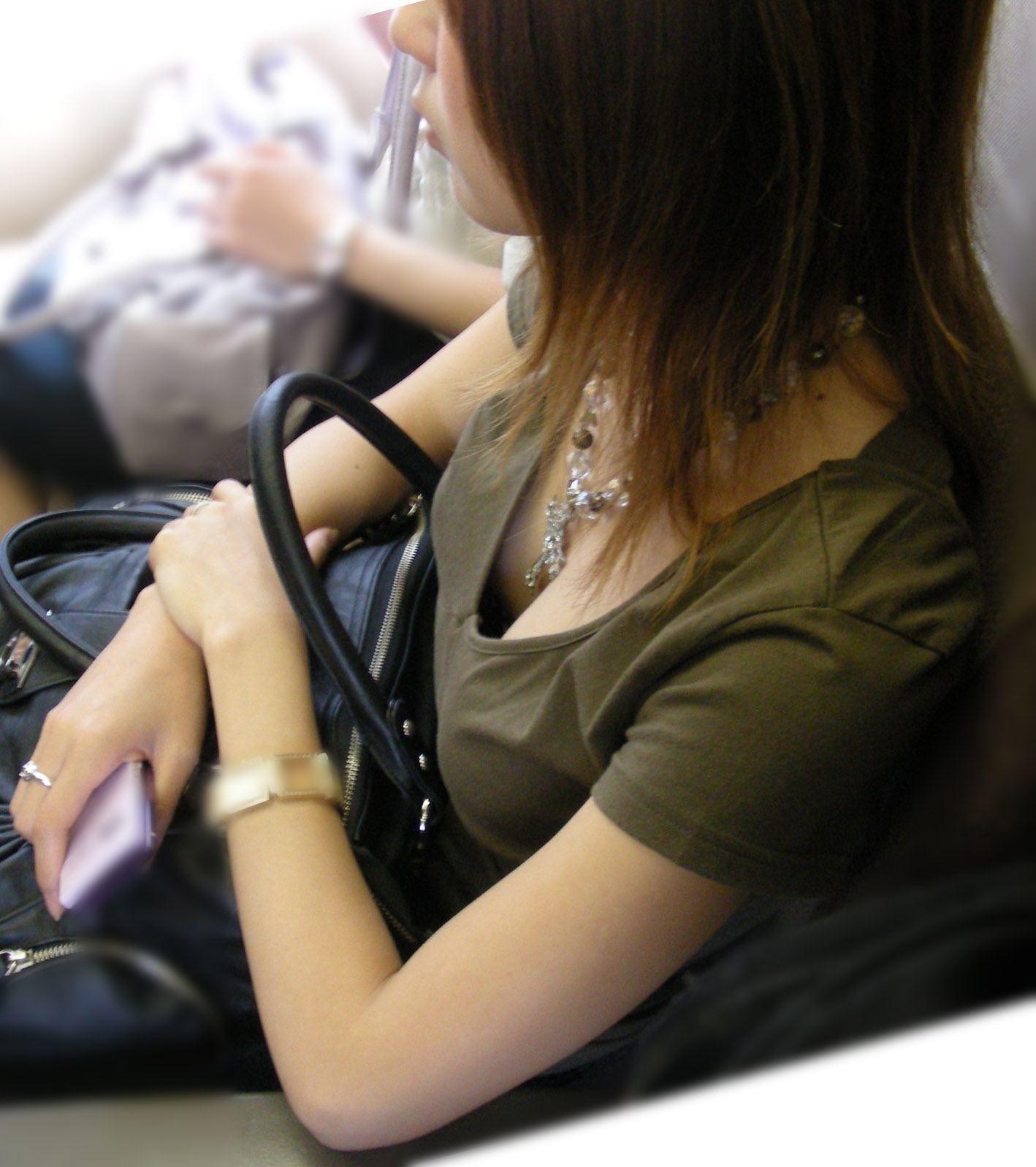 【おっぱい】素人さんの胸チラスポットとして有名な空いている電車www【20枚】 05