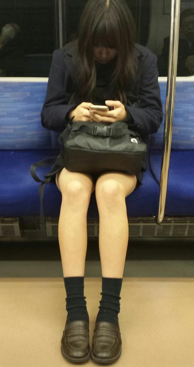 【おっぱい】素人さんの胸チラスポットとして有名な空いている電車www【20枚】 06