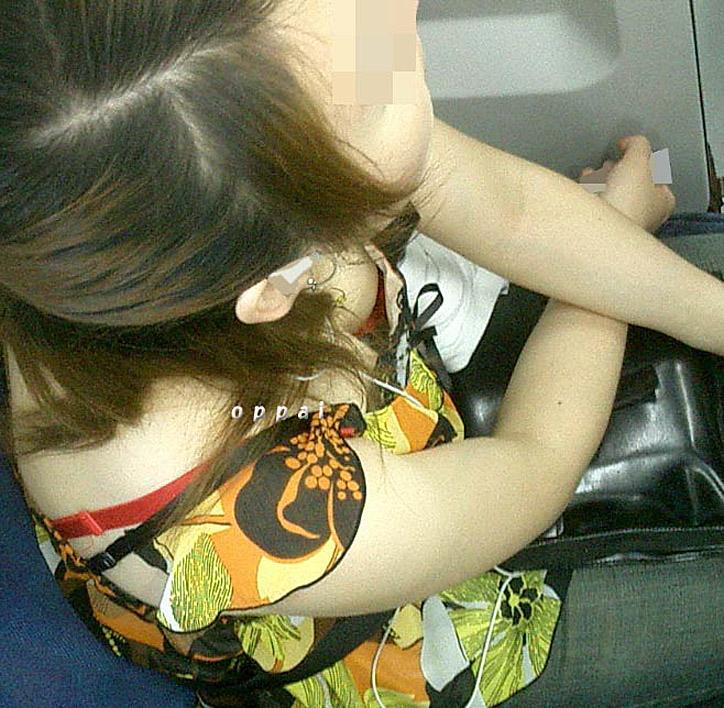【おっぱい】素人さんの胸チラスポットとして有名な空いている電車www【20枚】 17