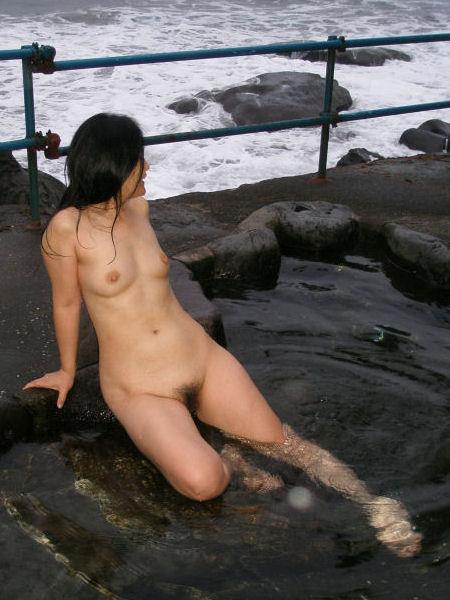 【おっぱい】温泉旅行の記念に露店風呂で全裸撮影する現代の日本人www【40枚】 03
