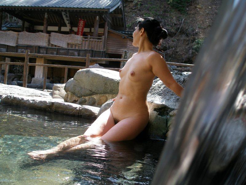 【おっぱい】温泉旅行の記念に露店風呂で全裸撮影する現代の日本人www【40枚】 07