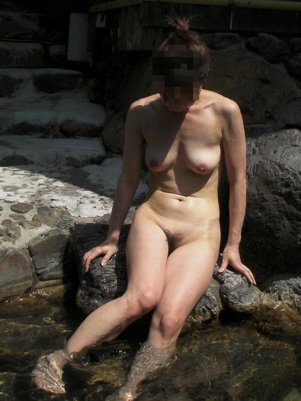 【おっぱい】温泉旅行の記念に露店風呂で全裸撮影する現代の日本人www【40枚】 08