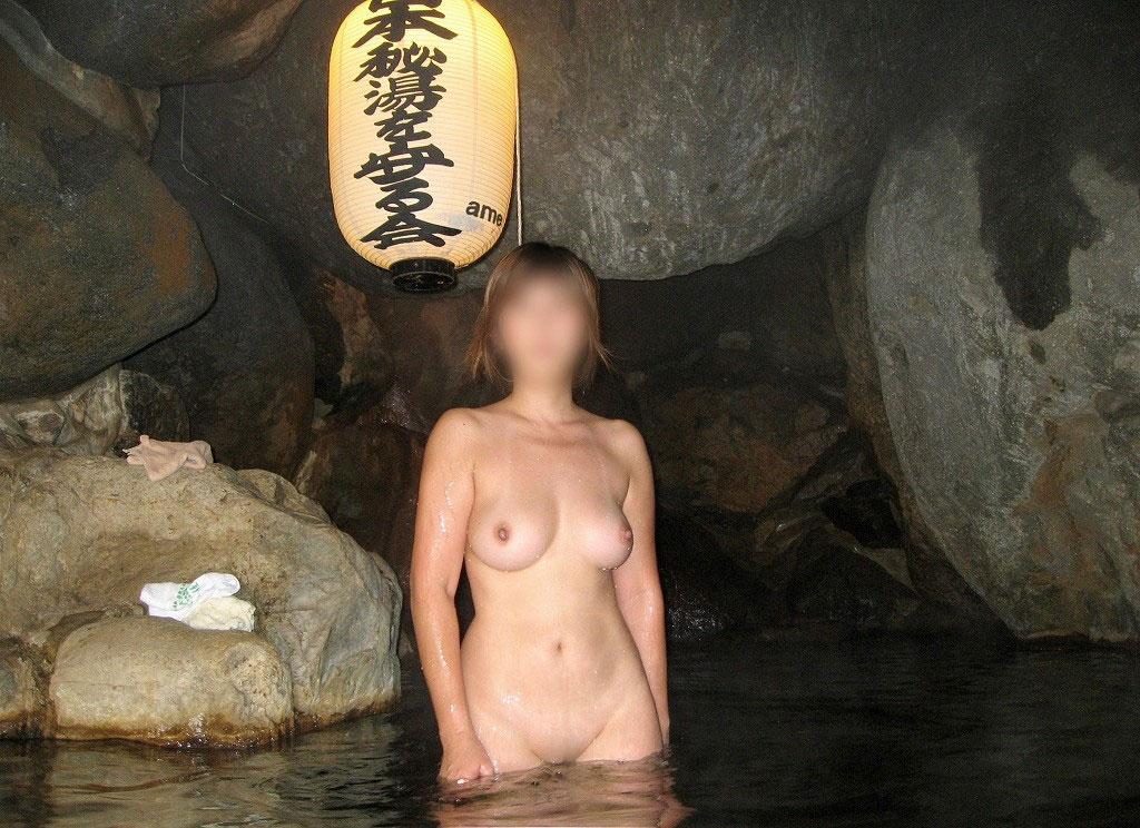 【おっぱい】温泉旅行の記念に露店風呂で全裸撮影する現代の日本人www【40枚】 11