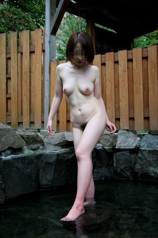 【おっぱい】温泉旅行の記念に露店風呂で全裸撮影する現代の日本人www【40枚】 29
