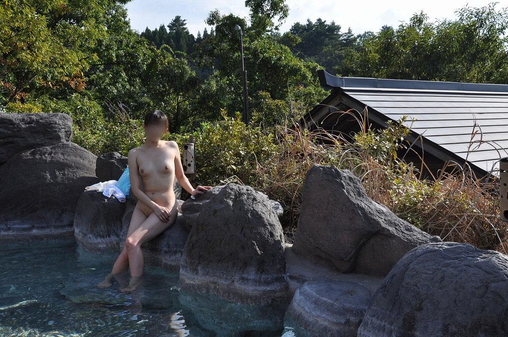 【おっぱい】温泉旅行の記念に露店風呂で全裸撮影する現代の日本人www【40枚】 40