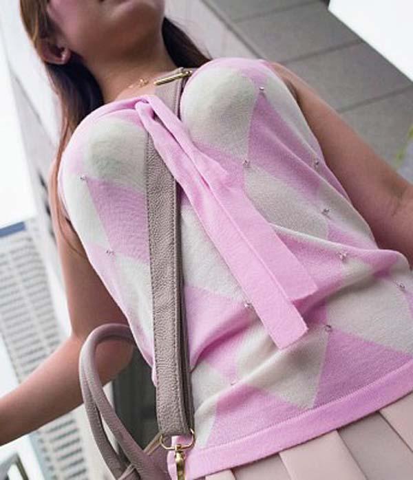 【おっぱい】ショルダーバッグを肩から斜めにかけたらパイスラの出来上がり!【32枚】 05