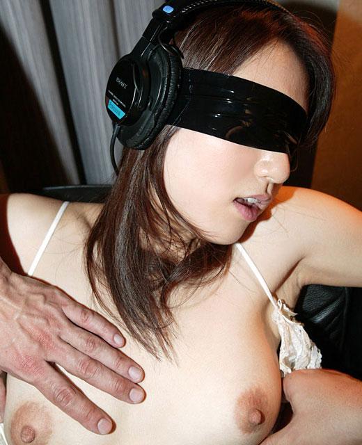 【おっぱい】目隠しされている女性の無防備なおっぱいをあえて焦らす!w【35枚】 29