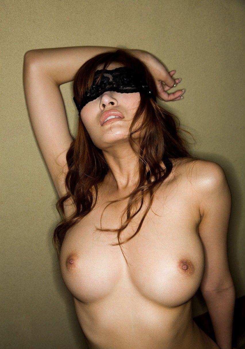 【おっぱい】目隠しされている女性の無防備なおっぱいをあえて焦らす!w【35枚】 32