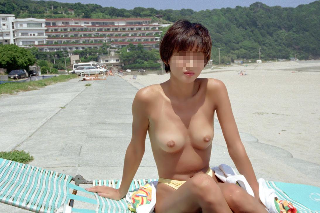 【おっぱい】海水浴場でおっぱい露出している夏の変態画像まとめwww【36枚】 05