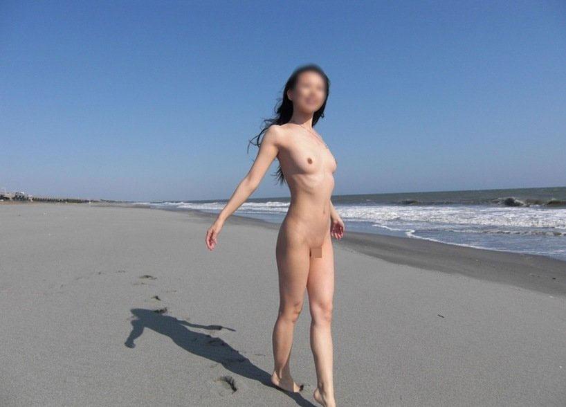 【おっぱい】海水浴場でおっぱい露出している夏の変態画像まとめwww【36枚】 11