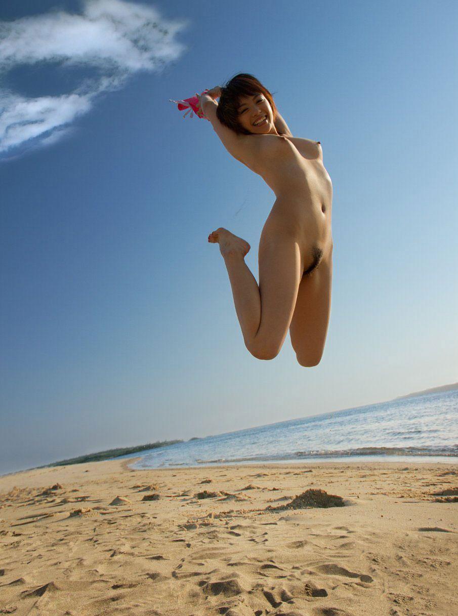 【おっぱい】海水浴場でおっぱい露出している夏の変態画像まとめwww【36枚】 32