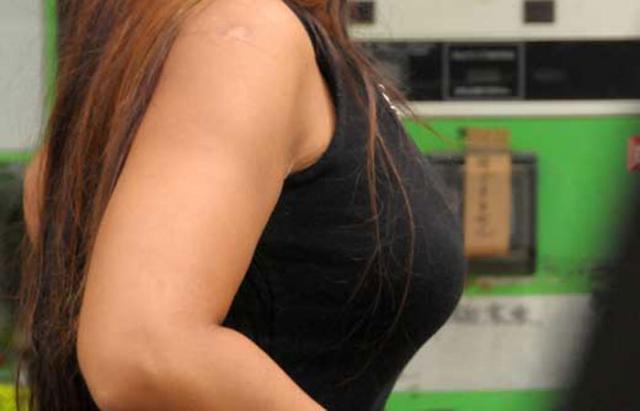 【胸の膨らみ】街中で胸の膨らみを強調させパイスラ状態やブラの感じが丸わかりの巨乳な素人お姉さんの盗撮画像集w