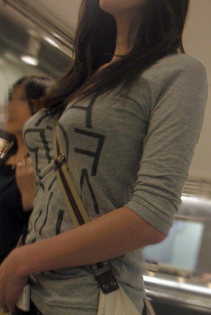 【胸の膨らみ】街中で胸の膨らみを強調させパイスラ状態やブラの感じが丸わかりの巨乳な素人お姉さんの盗撮画像集w 07