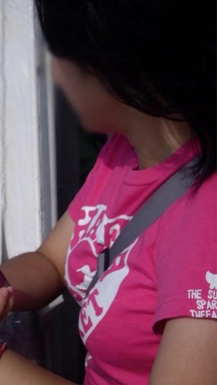 【胸の膨らみ】街中で胸の膨らみを強調させパイスラ状態やブラの感じが丸わかりの巨乳な素人お姉さんの盗撮画像集w 11